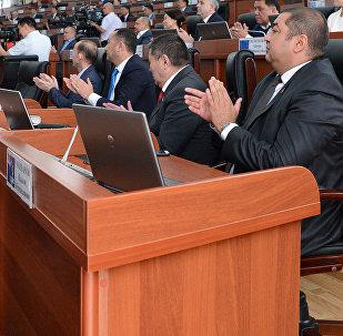 Жогорку кеңештин депутаттары жыйын учурунда. Архив
