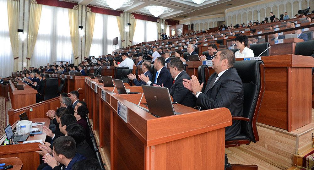 Депутаты Жогорку Кенеша во время заседания, где выступал президент Сооронбай Жээнбеков. Архивное фото