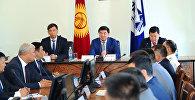 Премьер-министр Мухаммедкалый Абылгазиев бүгүн, 14-августта, Бишкек шаарынын мэриясынын жамаатына калаанын жаңы шайланган башчысы Азиз Суракматовду тааныштырды