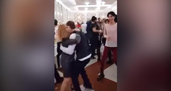 Он только мой! Ревнивая жена не дает мужу танцевать с другими. Видео