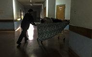 Медсестра толкает каталку с пациентом в больнице. Архивное фото