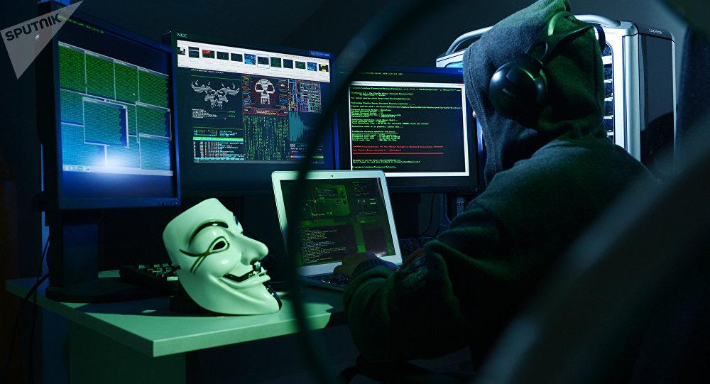 Мужчина имитирует взлом сайта. Архивное фото