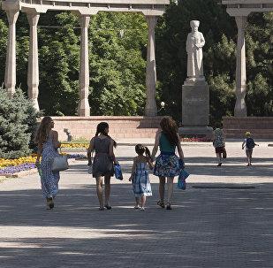 Люди на аллее у памятника Курманджан датки в Бишкеке. Архивное фото