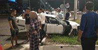 Бишкекте жол тандабас урган Mazda арыкка кирип кетти. Күбөнүн видеосу