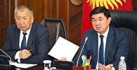 Действующий и экс премьер-министры КР Кубатбек Боронов и Мухаммедкалый Абылгазиев. Архивное фото