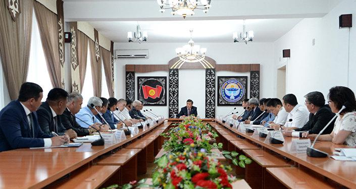 Президент Кыргызстана Сооронбай Жээнбеков провел совещание с главами правоохранительных органов, силовых структур и местных властей Ошской области