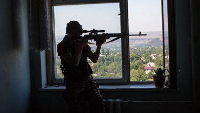 Мужчина со снайперской винтовкой. Архивное фото