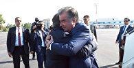 Президент Таджикистана Эмомали Рахмон прибыл в Узбекистан с государственным визитом. В международном аэропорту Ташкент имени Ислама Каримова высокого гостя встретил президент Узбекистана Шавкат Мирзиёев.