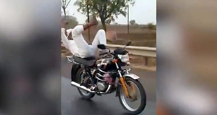 Пожилой эктремал шокировал соцсети виртуозным танцем на мотоцикле. Видео