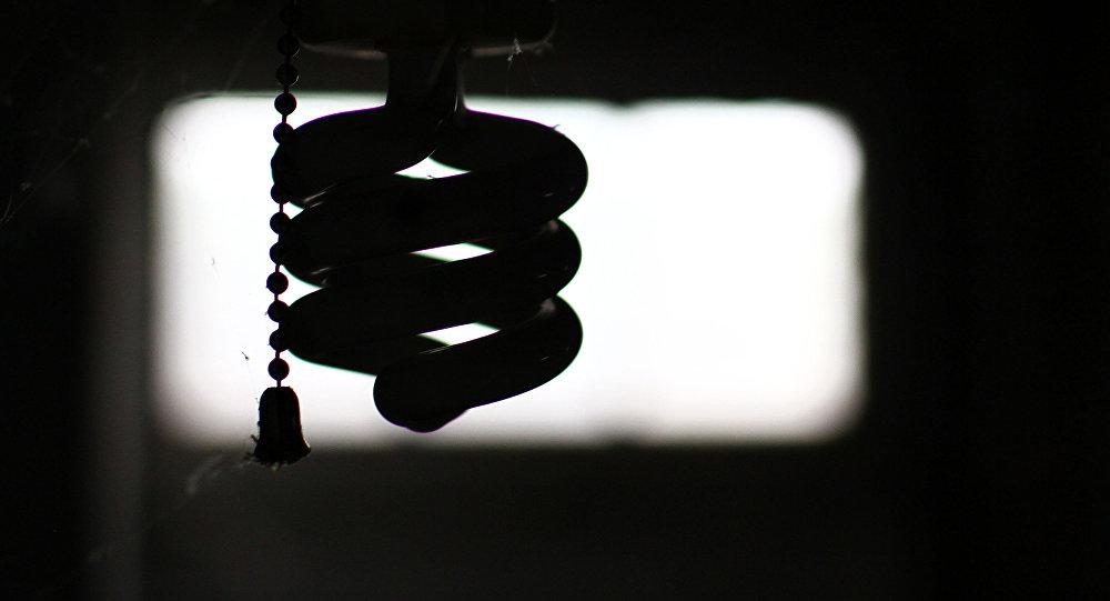Силуэт лампочки в темноте. Архивное фото