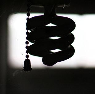Силуэт лампочки в темноте