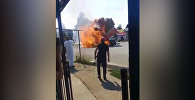 Сейчас может взорваться! — в Караколе загорелся грузовик с тюками сена. Видео