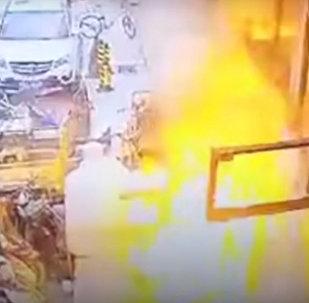 Прохожего чуть не убило взрывом газового баллона — видео