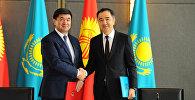 Кыргызстан менен Казакстандын өкмөт башчылары Мухаммедкалый Абылгазиев жана Бакытжан Сагинтаевдин архивдик сүрөтү