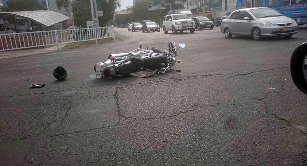 Бишкектин чок ортосунда мотоцикл кырсыкка учурады