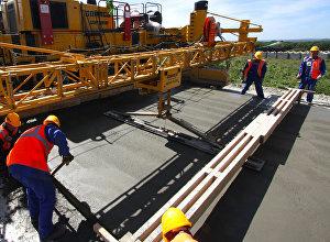 Строительство бетонной дороги. Архивное фото