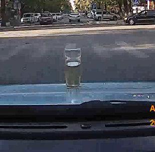 Стакан с водой на капоте движущегося авто — проверка бишкекских дорог. Видео