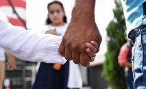 Мужчина держит девочку за руку. Архивное фото