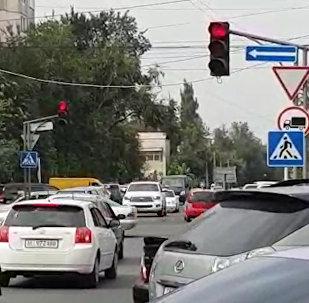Осторожно! В центре Бишкека светофор сходит с ума — видео