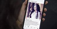 Самара Каримованын Instagram баракчасын карап аткан кыз. Архивдик сүрөт