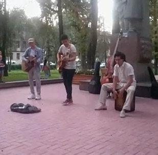 Бульвар Эркиндик превратился в концертную площадку — видео-трансляция