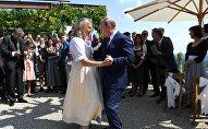 Президент РФ Владимир Путин станцевал с министром иностранных дел Австрии Карин Кнайсль на ее свадьбе