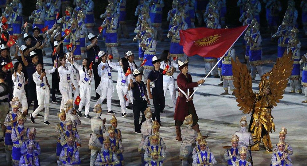Спортсмены из Кыргызстана на церемонии открытия азиатских игр в Джакарте. 18 августа 2018 года