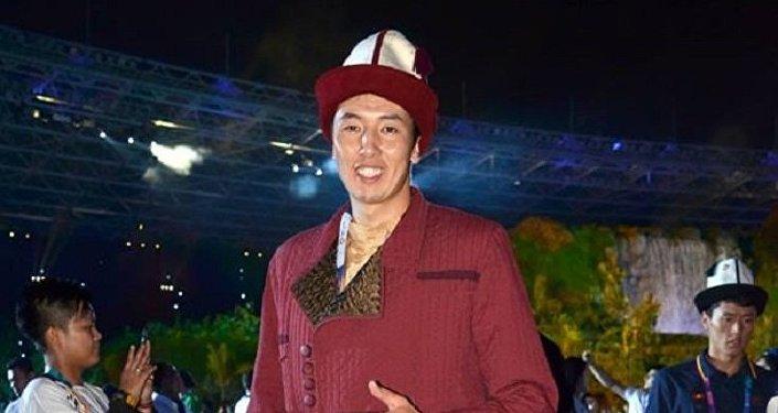 Ачылыш аземде Кыргызстандын желегин волейбол боюнча курама команданын капитаны Онолбек Каныбек уулу көтөрүп өттү