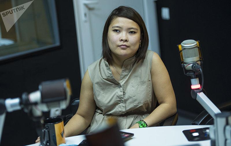 25-летняя Айпери Аралбаева, страдающая ДЦП во время интервью на радиостудии Sputnik Кыргызстан