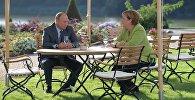 Президент РФ Владимир Путин и федеральный канцлер ФРГ Ангела Меркель во время встречи в резиденции правительства ФРГ Мезеберг.