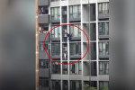 Отец спас сына, повисшего на здании. Видео