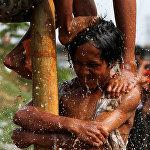 Индонезиянын тургундары өлкөнүн көз карандысыздык күнүн белгилешти. Анда эң байыркы жана популярдуу болгон Панжат Пинанг сынагы өткөрүлдү. Ал оюндун шарты боюнча катышуучулар майланган мамыга чыгып барып башында турган сыйлыктарды алышы керек