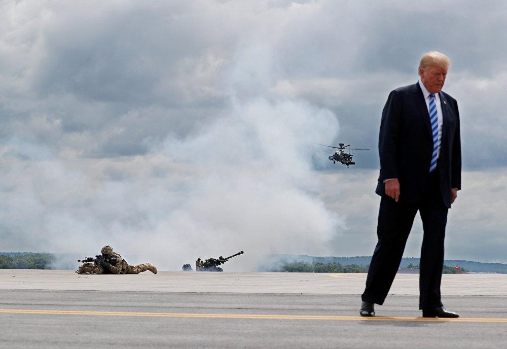 АКШ президенти Дональд Трамп Нью-Йорк штатындагы Форт-Драм аскер базасына баш бакты