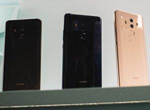 Смартфоны компании Huawei на ветрине. Архивное фото