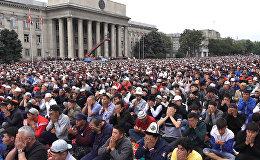 Тысячи верующих молились на бишкекской площади во время дождя — видео