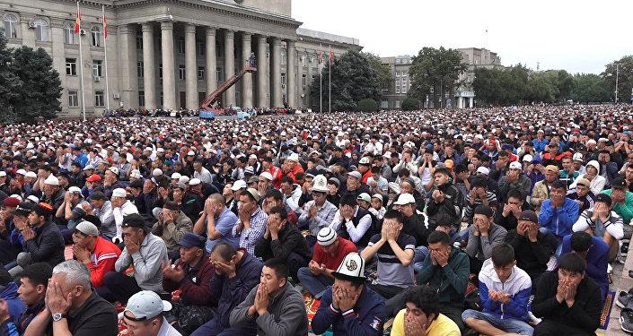 Жааган жамгырга карабай Бишкекте 25 миңден ашуун адам айт намазын окуду. Видео