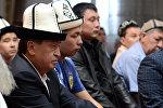 Президент Сооронбай Жээнбеков Бишкектеги мечиттердин биринде Курман айт майрамына карата намазга жыгылды