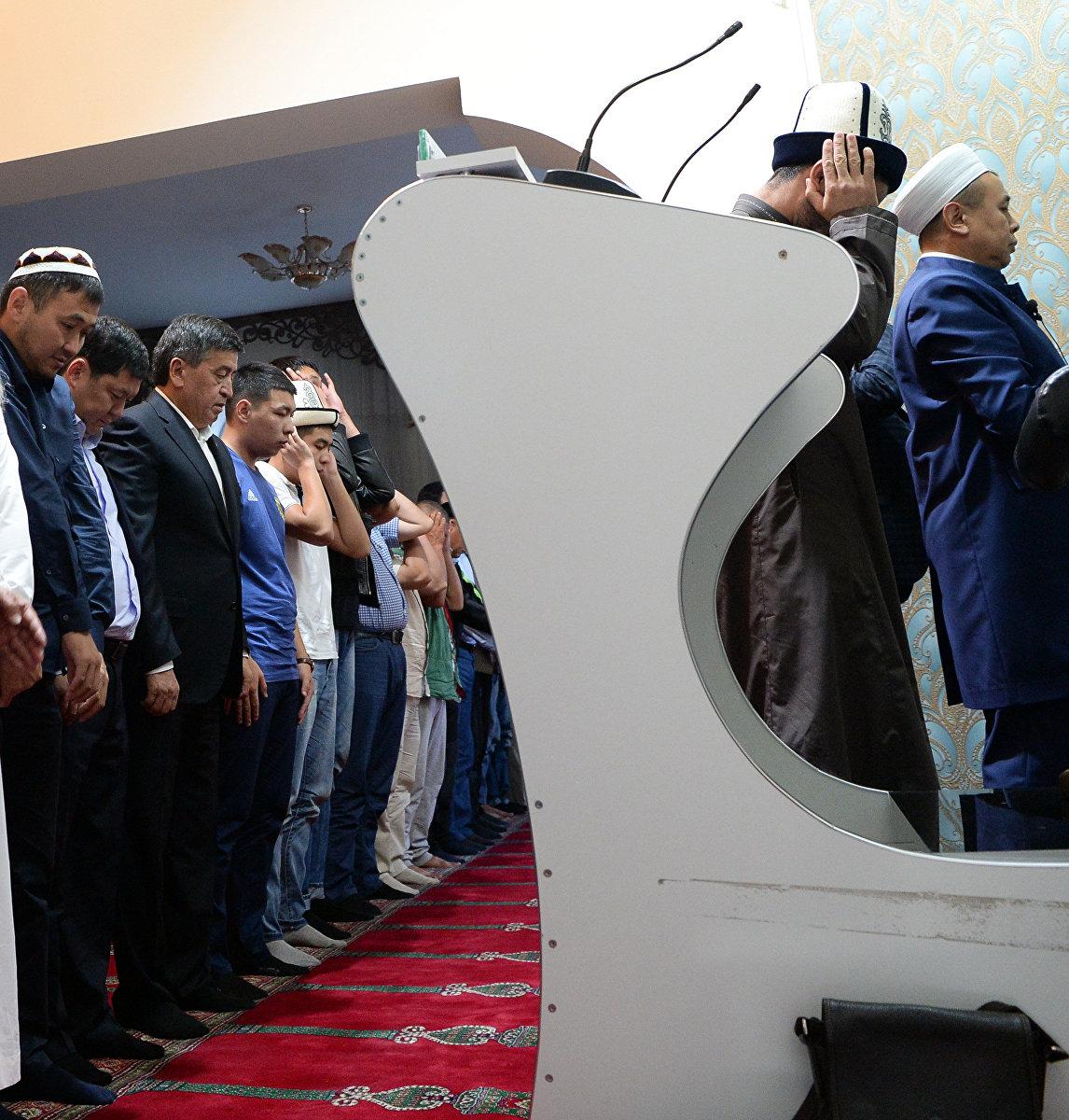 Президент Сооронбай Жээнбеков совершил намаз по случаю Курман айта в одной из бишкекских мечетей