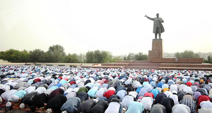 Праздничная молитва по случаю Курман айта на площади Оша