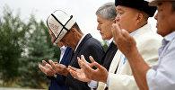 Кыргызстандын экс-президенти, Социал-демократтар партиясынын төрагасы Алмазбек Атамбаев Курман айт намазына катышты.