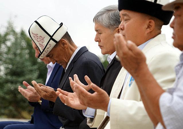 Экс-президент Кыргызстана, председатель Социал-демократической партии КР Алмазбек Атамбаев во время молитвы на праздновании Курман Айта в селе Арашан