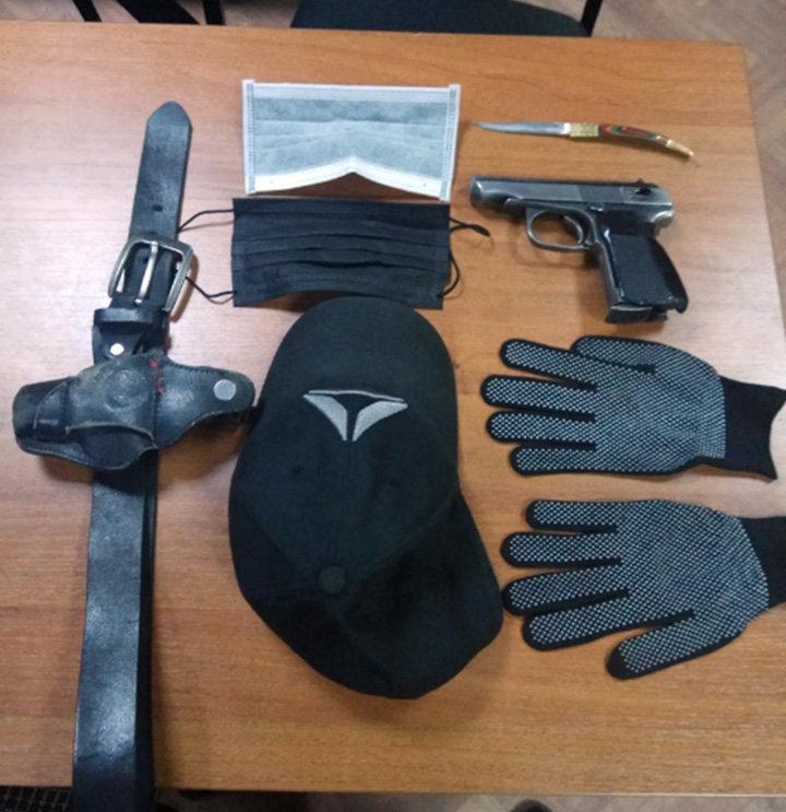 Обнаруженные боевой пистолет и складной нож у подозреваемого