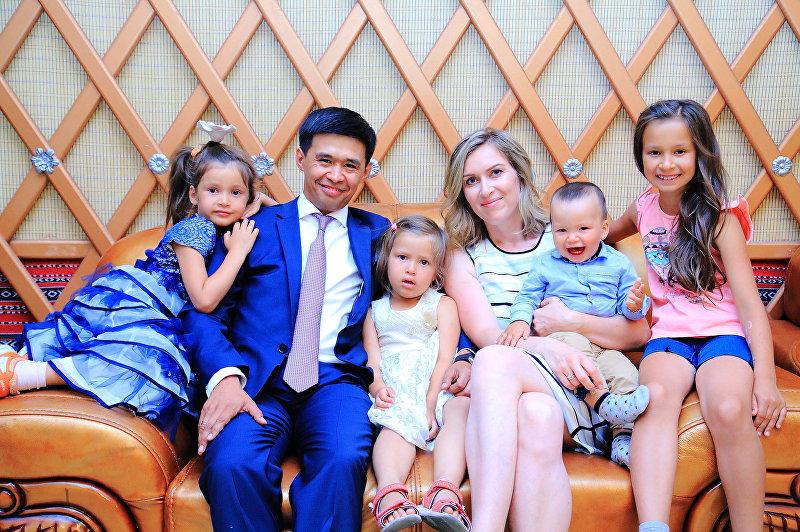 Исполнительный директор в крупной туристической компании Нурлан Мукаш с семьей