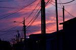 Электрические столбы и линии электропередач видны на закате. Архивное фото