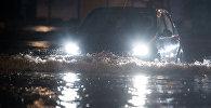 Автомобиль затопленной после ливня. Архивное фото