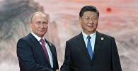Президент РФ Владимир Путин и председатель КНР Си Цзиньпин (справа) на церемонии приветствия глав государств - членов ШОС перед заседанием Совета глав государств - членов Шанхайской организации сотрудничества (ШОС) в Циндао.