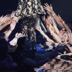 Вокалист группы Panic! at the Disco Брундон Ури также решил приодеться по случаю церемонии