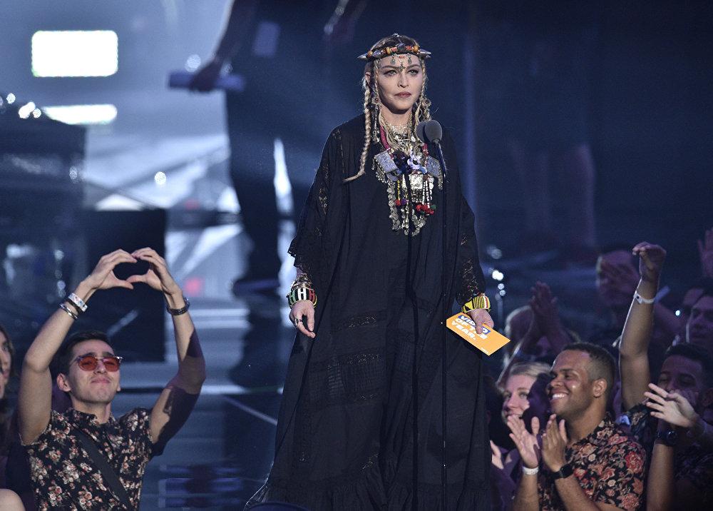 Не пропустила церемонию и 60-летняя Мадонна (Madonna). Для выхода певица выбрала образ с африканскими мотивами.