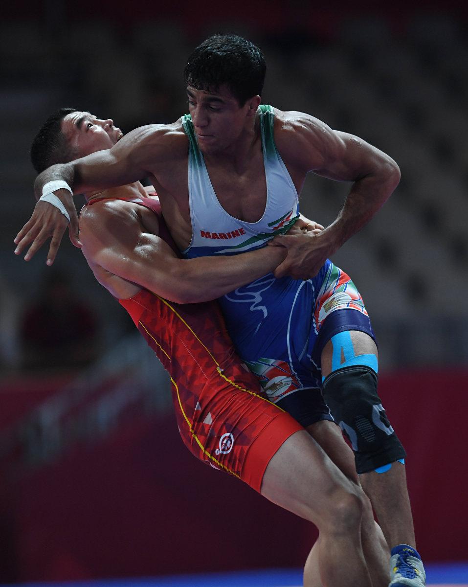 Борец Акжол Махмудов из Кыргызстана во время финала Азиады с иранцем Мохаммадали Гераи.