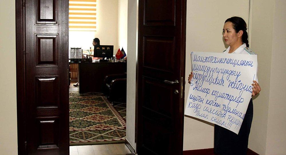 Экологиялык-техникалык коопсуздук боюнча мамлекеттик инспекциясынын иштен айдалган кызматкери Анара Мамбеталиева. Архивдик сүрөт